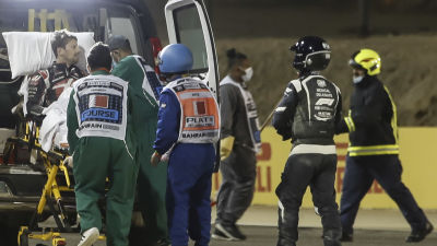 Romain Grosjan i ambulansen.
