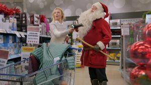 Maria (Mari Perankoski) föönaa joulupukkia.