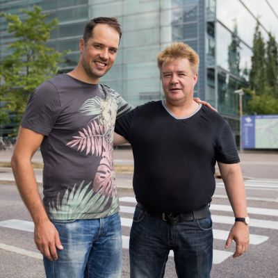 Tatu Vanninen (vas) ja Petri Holmberg poseeraavat vieretysten paikalla, missä Holmberg elvytti Vannisen.