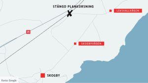 En karta över Skogby där den stängda plankorsningen finns inritad likaså Leksvallvägen och Skogbyvägen.