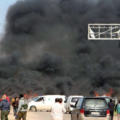 Bombattentat mot evakueringsbussar väster om Aleppo i Syrien.