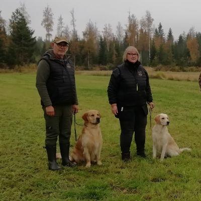 Carina Päivärinta och hennes man Jari med hundarna Scilla och Brownie