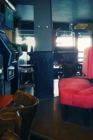 spelautomater, gammal soffa och stolar, fönster