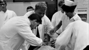 Potilaan ensihoitoa Töölön sairaalassa (1968).