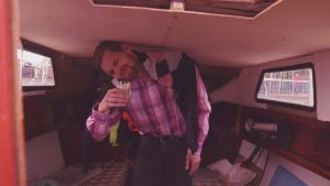 Att vara lång på en segelbåt är inte roligt.