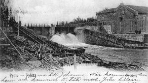 Svart-vitt postkort av träsleiperi vid en forsande älv.