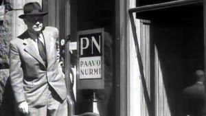 Paavo Nurmi vaateliikkeensä edessä (1948).