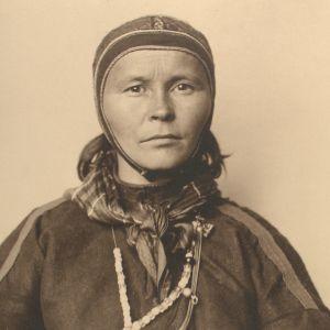 Kirsten Bals kuvattiin New Yorkin Ellis Islandilla vuonna 1907. Hänen isänsä Nils Persen Bals (s. 1850) Kautokeinosta oli mennyt Alaskaan toisessa ryhmässä 1898 uuden vaimonsa Ellen Marie Persdatter Ristin (s. 1874) ja heidän lastensa kanssa