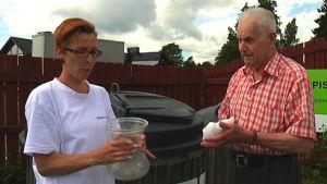 Soppolis Rakel Allén berättar vart Tor-Erik Enberg ska lägga glasvasen.