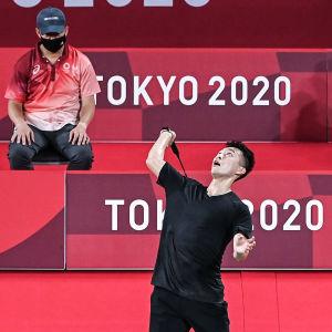 Angus Ng Ka-long pelaamassa sulkapallo mustassa paidassa jossa ei ole sponsorimerkkejä.