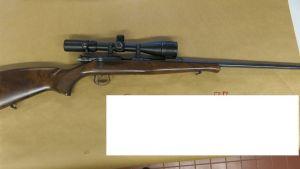 Polisens bild av ett beslagtaget gevär i Jakobstad.