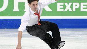 Valtter Virtanen faller under sitt korta program.