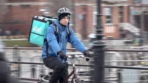 Maciek Lukas Piłasiewicz har hjälm på när han cyklar genom den polska staden Gdansk.