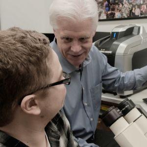 Molekyylibiologi Eric Olson tutkii perinnöllisen sairauden parantamista geenimuokkauksen avulla.