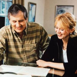 Pianotaiteilija Laura Mikkola käymässä läpi partituuria säveltäjä Einojuhani Rautavaaran kanssa vuonna 1997.