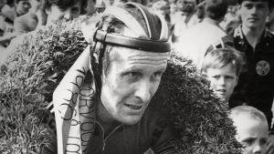 Harry Hannus efter målgång i Borgåloppet med segerkransen runt nacken