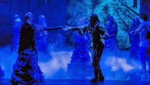Birk räddar Ronja från att lockas in i dimman av de underjordiska.
