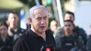 Bild på man som ser allvarlig ut. Mannen är Israels premiärminister Benjamin Netanyahu.