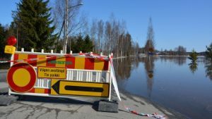 Väg avstängd på grund av översvämning.