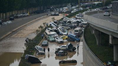 Bilar har kastats huller om buller av vattenmassorna som svepte över Zhengzhou i Henan-provinsen.