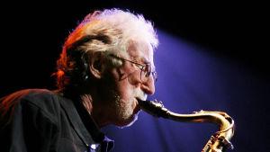 Jazzmuusikko Juhani Aaltonen soittaa saksofonia