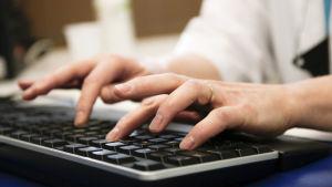Fingrar på ett tangentbord.
