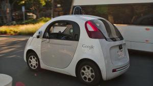 Googlen itseajava auto Googlen pääkonttorin tiluksilla Kaliforniassa vuonna 2015.