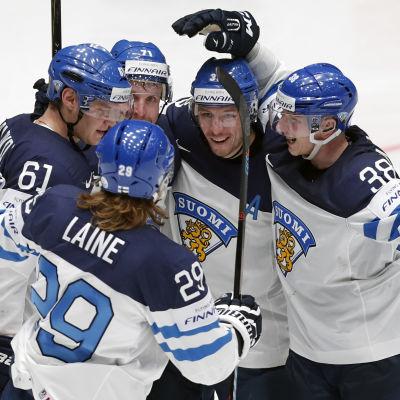Finlands spelar firar över mål, ishockey-VM 2016.