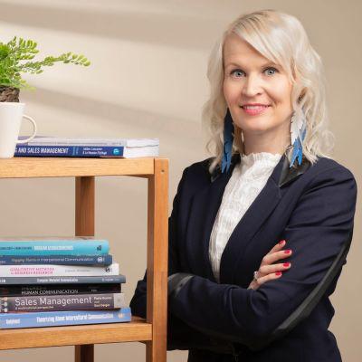 Myynnin ja asiakaskohtaamisten apulaisprofessori, viestintätieteiden tohtori Jonna Koponen.