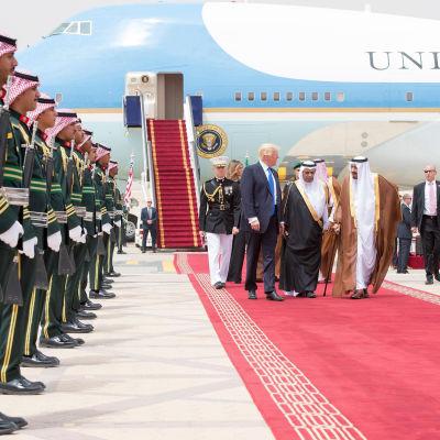 President Donald Trump anländer till Riyadh och tas emot av kung Salman.
