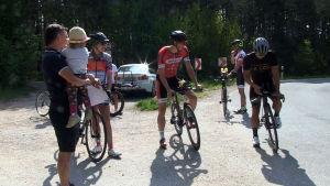 Tränaren Bennie Lindberg följer med när idrottarna han tränar beger sig ut på sin cykelrunda