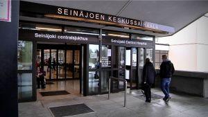 Huvudingången till Seinäjoki centralsjukhus