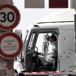 Polisens tekniker undersöker lastbilen som körde ihjäl människor i Nice.