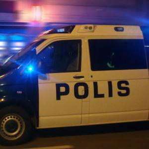 Polisbil på uppdrag på natten i Borgå