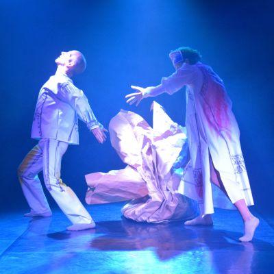 Kaksi tanssijaa Tanssiteatteri Erin näytöksessä.