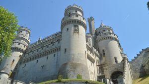 Pierrefonds'nin linnaa alettiin rakentaa 1300-luvun lopussa ja on täysin entisöity. Se sijaitsee 15 km Compiènestä, Ranskassa lähellä Belgian rajaa.