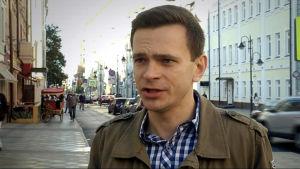 Ilja Jashin intervjuas på en gata.