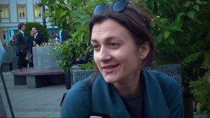Filmregissören Irina Vilkova intervjuas.