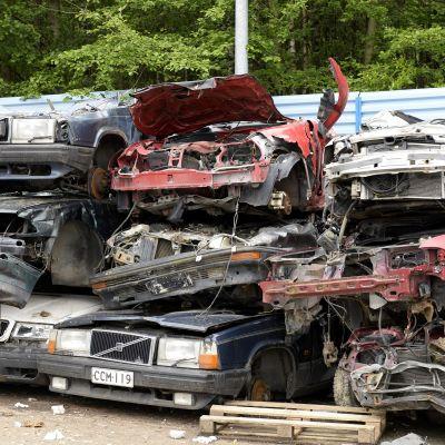 Autoja romutetaan Kuusakosken palvelupisteessä Vantaalla 25. kesäkuuta 2015.