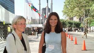 Kronprinsessan Victoria och dåvarande utrikesminister Anna Lindh utanför FN i New York 2000.