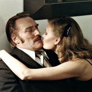Anne Pohtamo ja Åke Lindman Susikoski-elokuvassa Tuntematon ystävä,