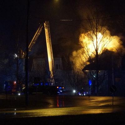 Brandbil med stege släcker storbrand i egnahemshus.