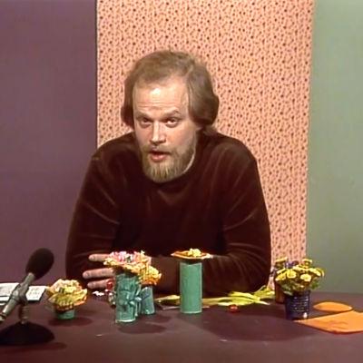 Toimittaja Pekka Salo askartelee Pikku Kakkosessa (1972)
