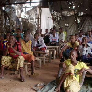 Ihmisiä elokuvateatterissa Dadaabissa