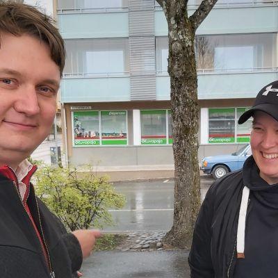 Työkaverit Kajonilta Juho Jäppinen ja Kaisa Mäkinen hymyilevät
