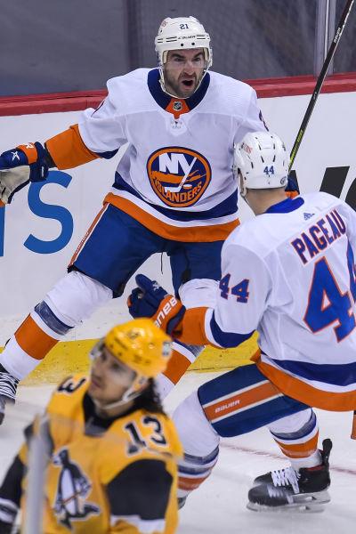 New York Islanders Kyle Palmieri firar sitt första mål i matchen.