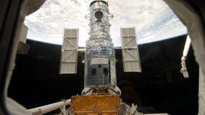 Rymdteleskopet Hubble lämnar rymdfärjans lastrum.