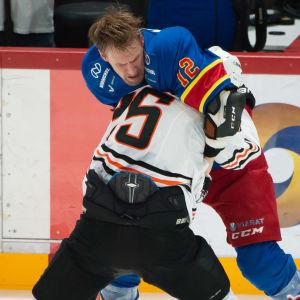 Slagsmål mellan Marko Anttila (Jokerit) och Pavel Dedunov (Amur Habarovsk).