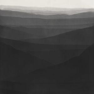 Abstrakti valokuva. Kuvioita, jotka vaikuttavat vuorijonolta. Kuvan yläosassa on horisontti.