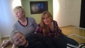 """Konstnärerna Catharina Kajander, Christine Candolin och Solveig Lehtonen medverkar på utställningen """"Speglingar av annanskap"""" på Tikanojas konsthem i Vasa."""